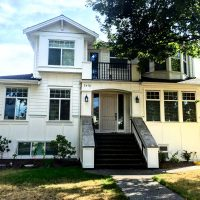 Oakridge All White Colonial Style Siding Vancouver